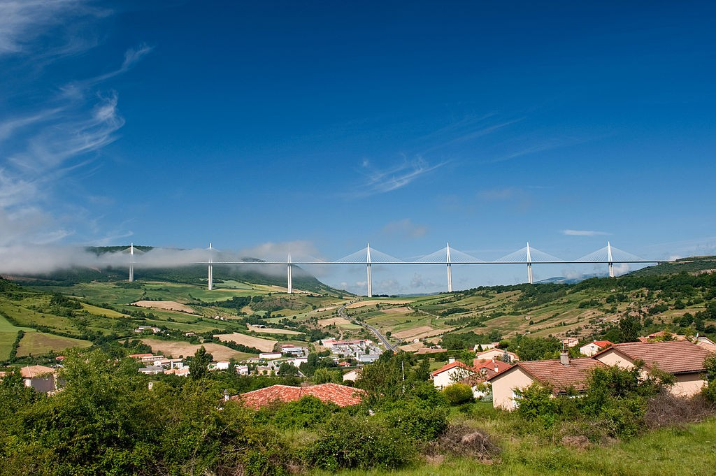 """""""Creissels et Viaduct de Millau"""" by Stefan Krause, Germany - Self-photographed. Licensed under CC BY-SA 3.0 via Commons - https://commons.wikimedia.org/wiki/File:Creissels_et_Viaduct_de_Millau.jpg#/media/File:Creissels_et_Viaduct_de_Millau.jpg"""